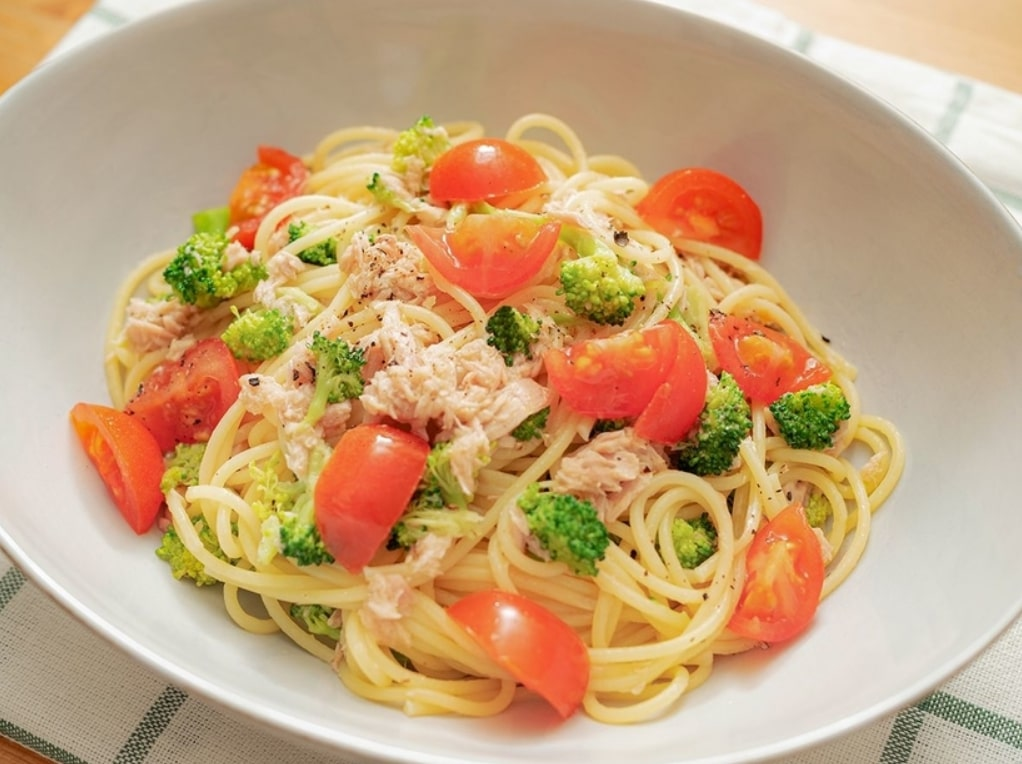 Sauteed pasta with vegetables and canned tuna